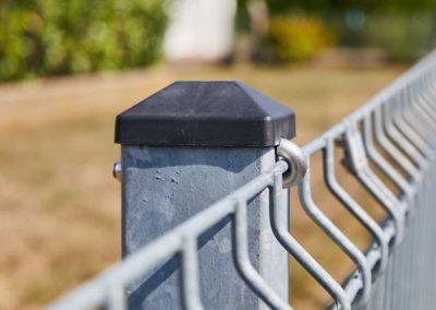 Detailaufnahme eines grauen Zaunpfostens