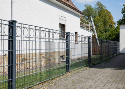 Metallzaun zur Grundstücksabgrenzung mit schicker Musterung
