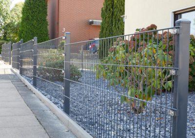 Schicker Stahlgitterzaun in Grau in einem Vorgarten